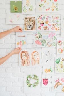 Mani mettendo disegni sul muro
