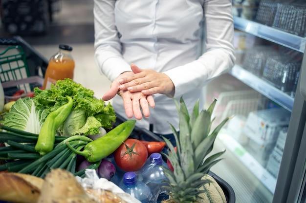 슈퍼마켓에서 쇼핑하는 동안 코로나 바이러스에 대한 손 소독