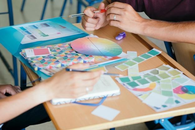 Mani e materiali scolastici