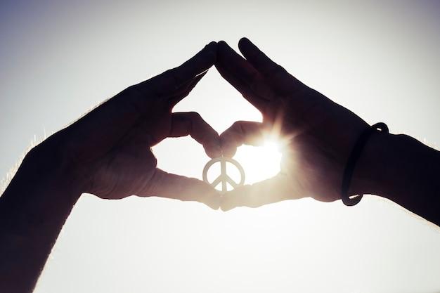 Руки, показывающие символ мира - концепция жизни свободы - портрет рук