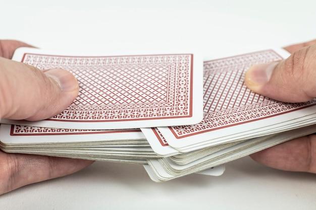 흰색 바탕에 카드 놀이 셔플 손