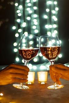 Руки поджаривания бокалов вина