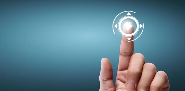 Руки касаются кнопки экрана интерфейса глобального подключения клиентов сети обмена данными
