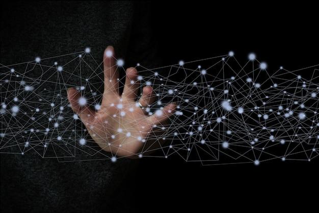 暗い背景でグローバル接続とアイコンの顧客ネットワークデータ交換に触れる手。