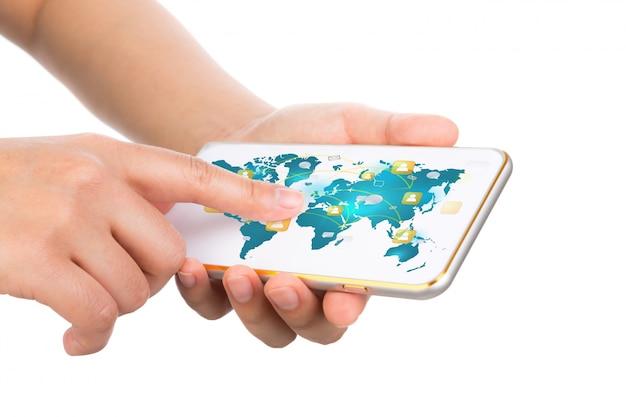 Mani che toccano un cellulare con una mappa del mondo