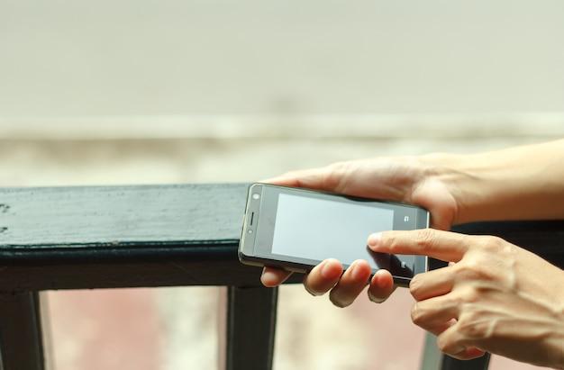 スマートフォン、明るい背景、クローズアップに触れる手