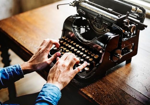 Руки ввод пишущей машинки древняя ретро классическая клавиатура