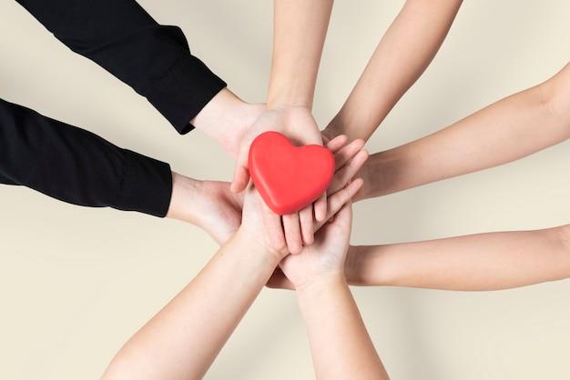 Руки объединены сердечным сообществом любви