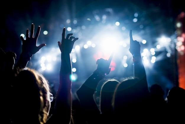 Руки вверх в воздухе подняли толпу рук.