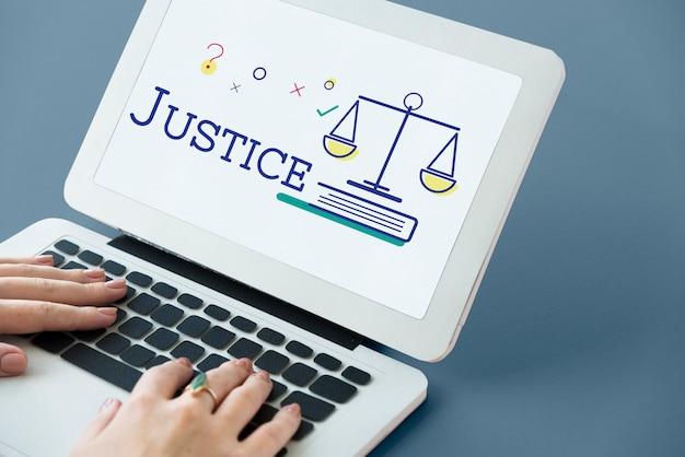 규모 아이콘 및 법적 법원 단어 개념이 있는 노트북을 사용하는 손