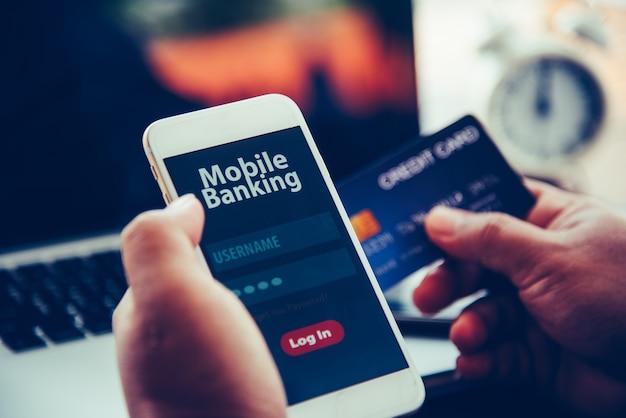 Руки с помощью мобильного банкинга на смартфоне