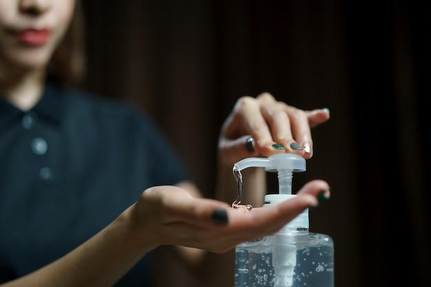 손 소독제 젤 펌프 디스펜서를 사용하여 손. 세균, 박테리아 및 바이러스를 죽이기 위해 펌프 병에 소독제를 바릅니다.