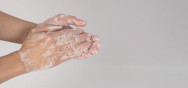 흰색 바탕에 제스처와 거품 거품을 씻는 손.