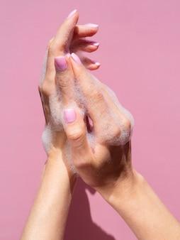 泡状石鹸で手を洗う