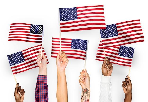 미국의 깃발을 흔들며 손