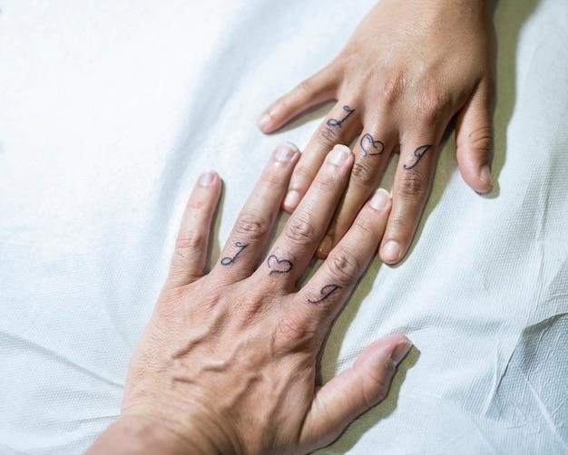 新鮮な入れ墨のある手