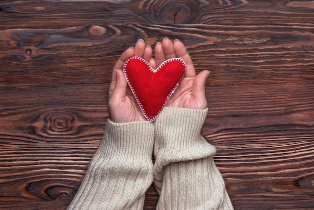 Руки с красным сердцем ручной работы из прессованной шерстяной ткани