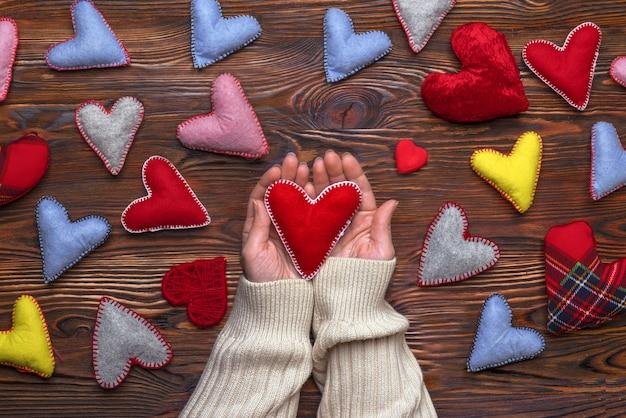 Руки с красным валентинкой разноцветные разноцветные сердечки ручной работы