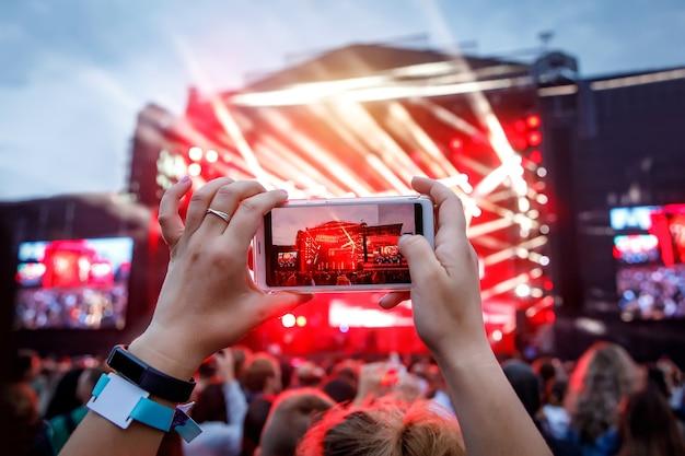 스마트 폰으로 손을 잡고 라이브 음악 축제, 라이브 콘서트, 라이브 콘서트를 녹음합니다.