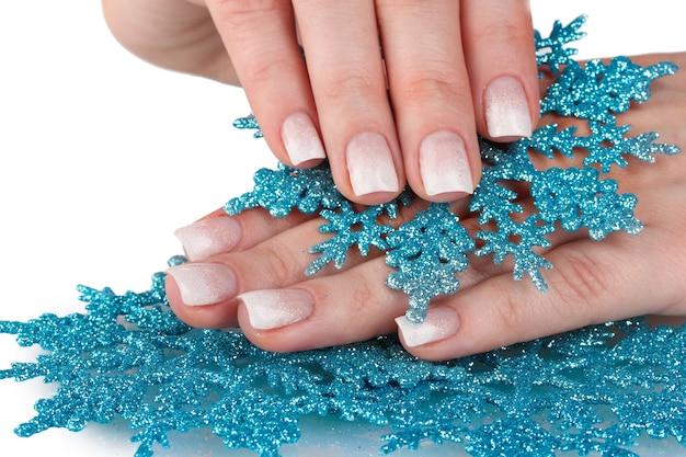 아름 다운 겨울 디자인과 흰색 표면에 고립 된 눈송이와 손