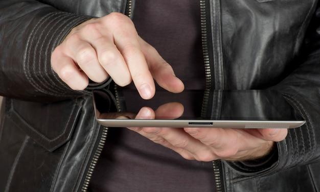 검은 태블릿 컴퓨터와 손