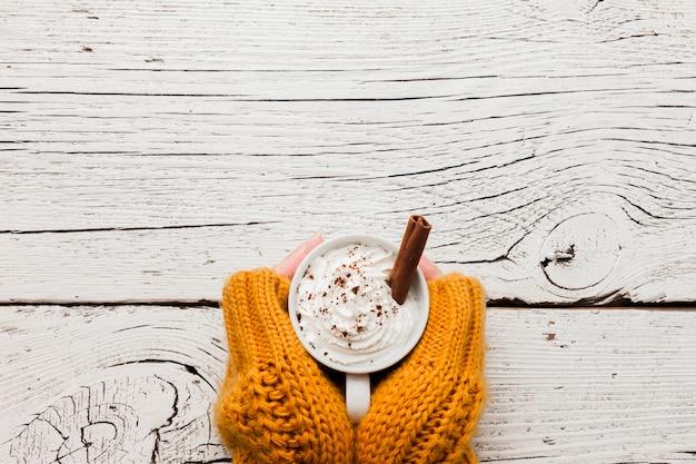 Руки с чашкой кофе и копией пространства