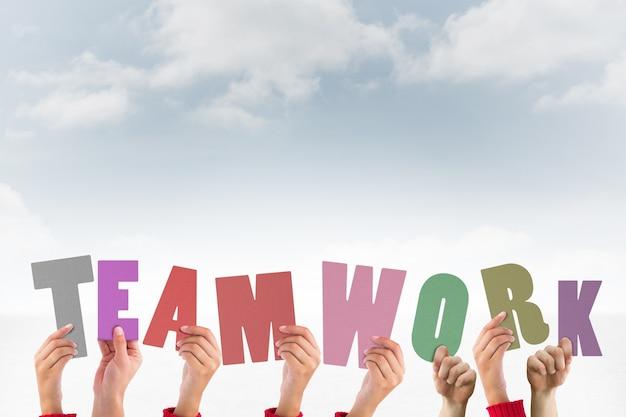 単語チームワークを形成する文字を持つ手