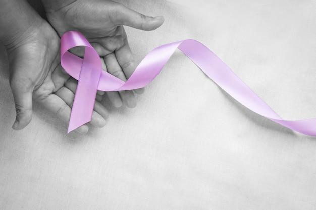 Руки с светло-фиолетовой лентой