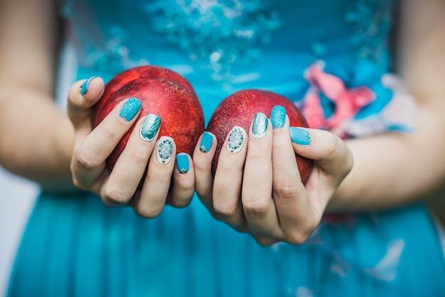 桃を保持している爪を持つ手