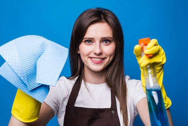 ナプキンクリーニングウィンドウ付きの手。スプレーで窓のガラスを洗う。
