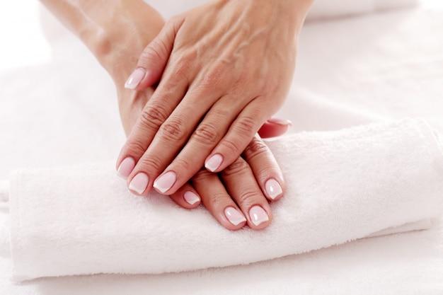 Руки с красивыми ногтями. концепция ухода за ногтями и маникюра