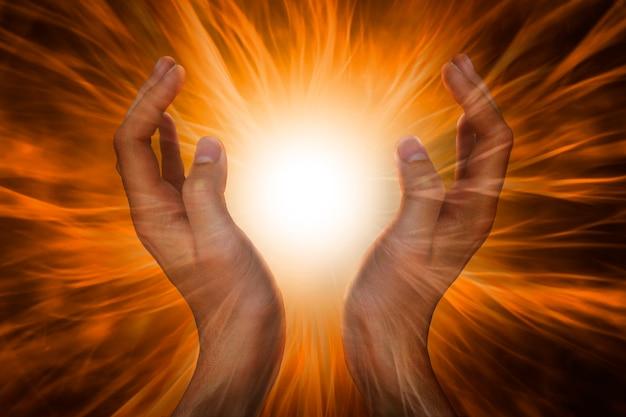 Руки с энергетическими лучами