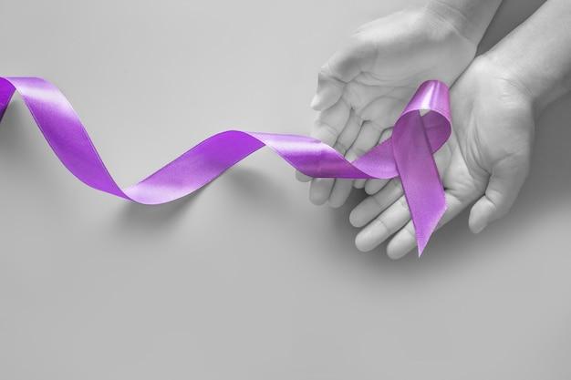 Руки с фиолетовой лентой