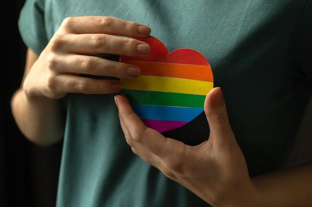 무지개 마음으로 손입니다. lgbt 및 lgbtq 가격 월 배경입니다. 동성애와 관용의 개념 사진