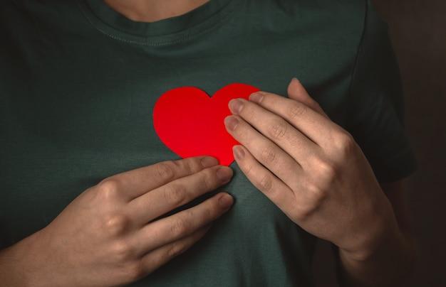 Руки с красным сердцем. молодой подросток, давая свою любовь концепции фоновой фотографии
