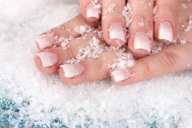 Руки с крупным планом снег и снежинки