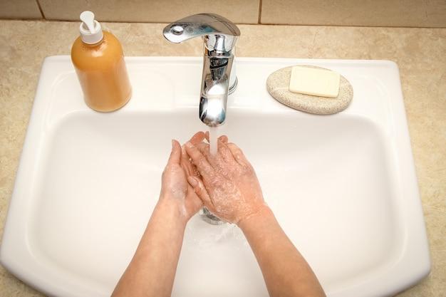 비누로 손을 물로 수돗물로 씻습니다. 감염, 먼지 및 바이러스로부터 청소하십시오.
