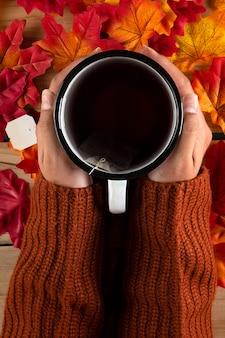 Руки с чаем, вид сверху