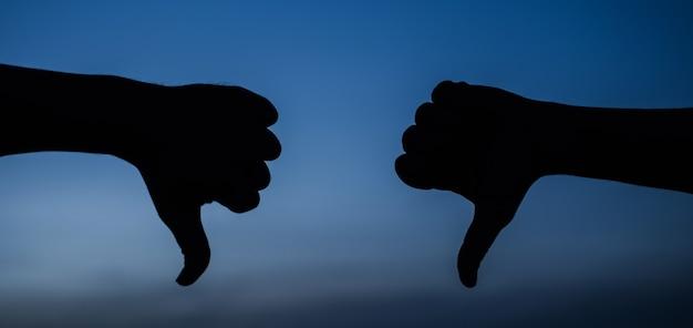 親指を下に向けたジェスチャーが嫌い嫌い拒否記号