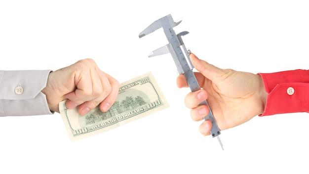 작업 도구와 흰색 바탕에 돈을 손. 봉급. 비즈니스 관계.