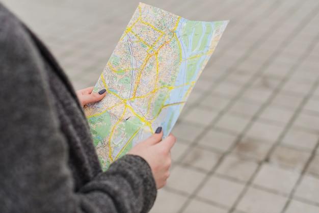 Mani di donna con la mappa