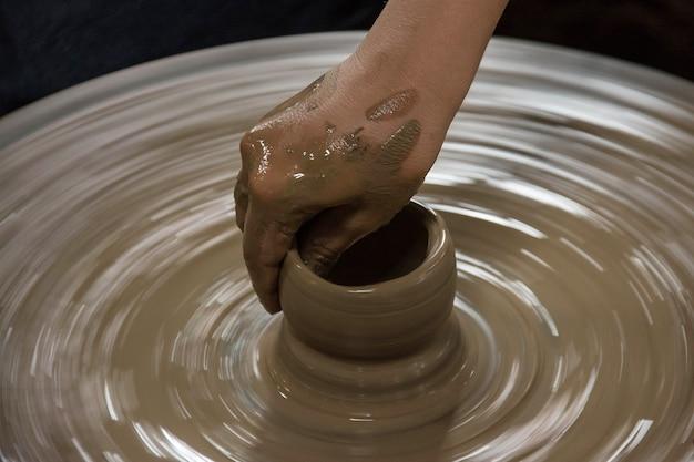 タイのろくろランパンに粘土を塗る手
