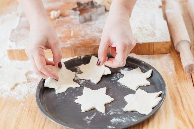 쿠키를 준비하는 반죽을 사용하는 손
