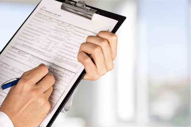 Руки писать в медицинской карте на фоне, крупным планом