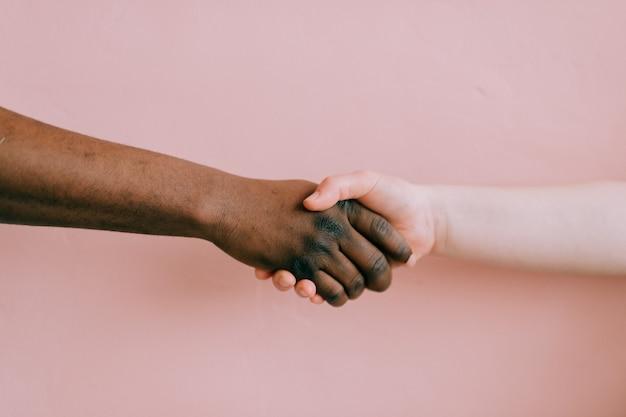 Рукопожатие между двумя народами