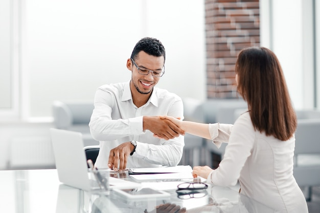 仕事机のための握手ビジネス同僚。