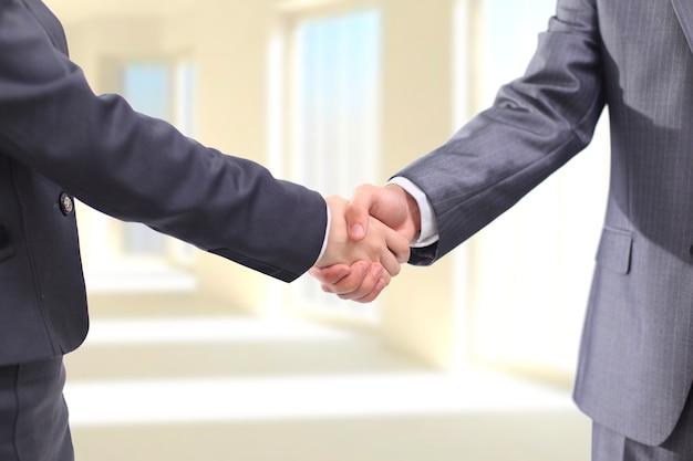 オフィスで握手ビジネスマン