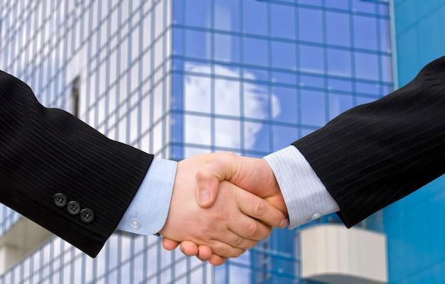 現代の高層ビルによる握手