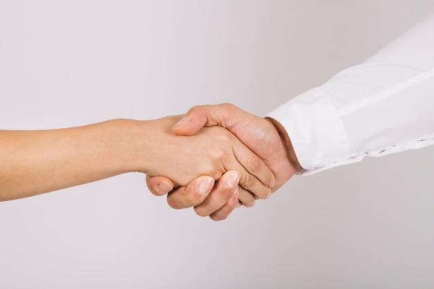 Концепция рукопожатия между деловыми людьми