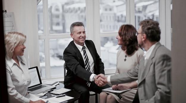 조약에 대한 논의에서 금융 파트너와 악수. 복사 공간이 있는 사진